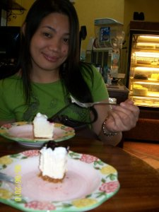 We spotted La Preciosa and we took our slice of blueberry cheesecake...(--,)