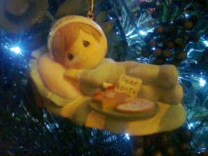 Aaaw, all the embellishments on the Christmas tree is all Precious Moment! (--,)