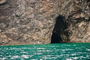 I want to ask the boatman to stop to check this little cave..but we've got other company..