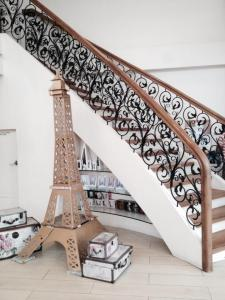 This miniature Eiffel tower will welcome you upon entry... This reminds me of my soul buddy who is now enjoying her time in France...